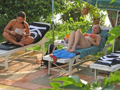 Lui_aan_het_zwembad